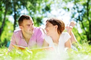 junges Paar liegt im Gras