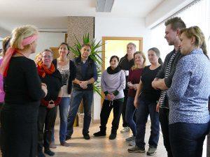 Heilpraktikerin mit Seminargruppe während des Gesundheitsseminars