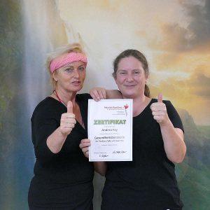 Heilpraktikerin mit Seminarteilnehmerin und Zertifikat Gesundheitberaterin für Rücken, Füße und Gelenke